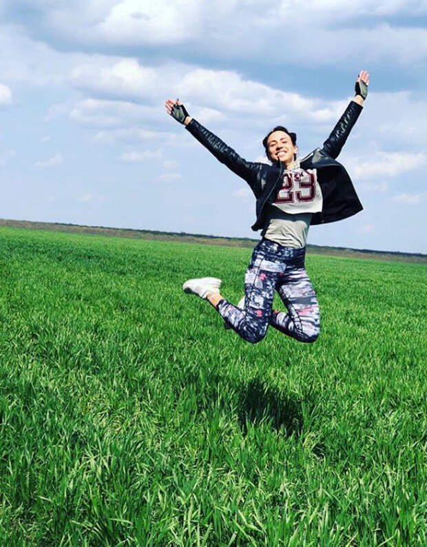 девушка прыгает