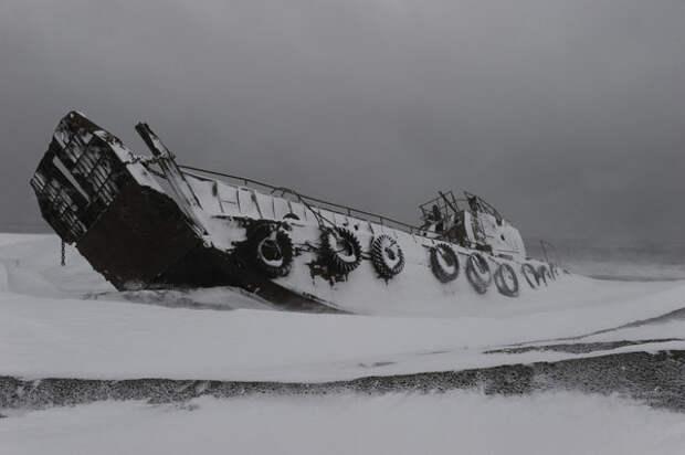 Брошенный корабль. Видимо, когда-то использовался для перевозки техники.