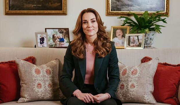 На фоне портретов мужа и детей: Кейт Миддлтон записала видеообращение к участникам ее проекта 5 Big Questions