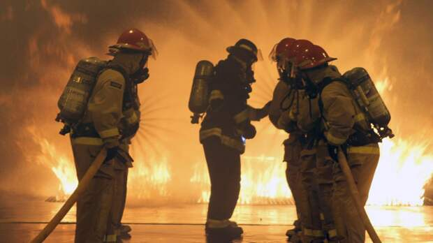 Сотрудники МЧС ликвидировали пожар в промзоне под Петербургом