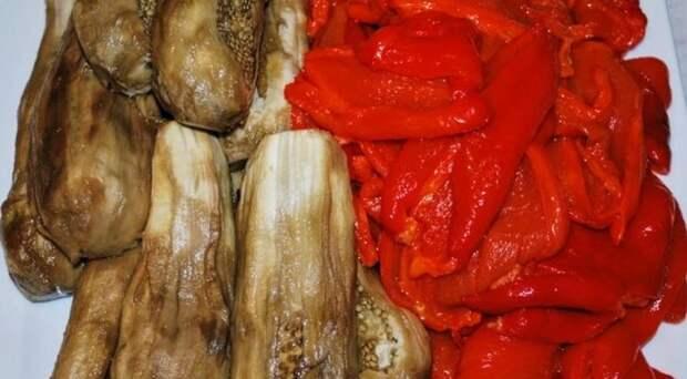 Икра из запеченных яблок и овощей, очистить запеченные перцы и баклажаны