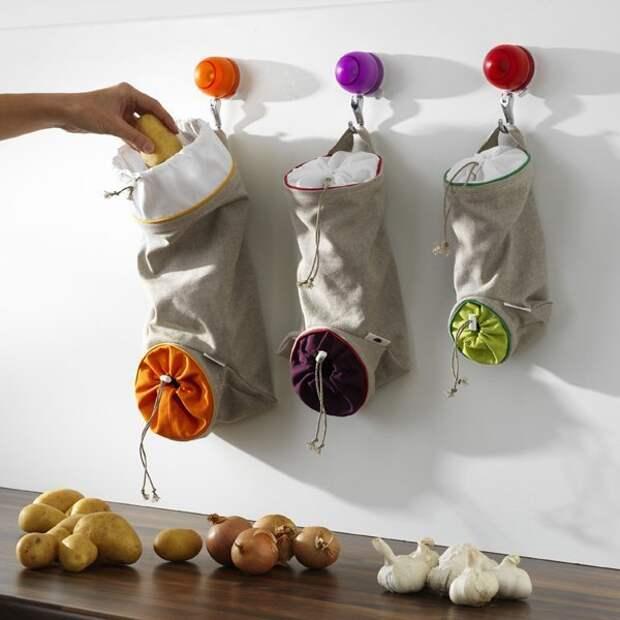 И для овощей. С картошкой они конечно погорячились, но чеснок, мелкий лук, имбирь и прочие корешки вполне можно распложить так Фабрика идей, гениально, держатели, крючки, кухня, приспособления организация пространства