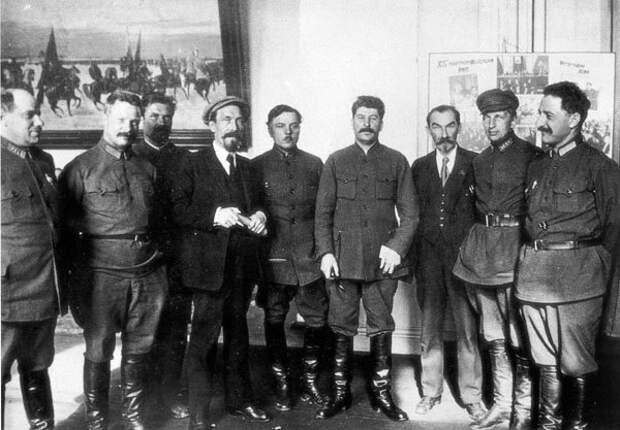 Михаил Фрунзе (второй слева) среди соратников