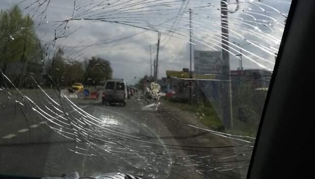 Неизвестные разбили стекла у машин в одном из дворов Подольска