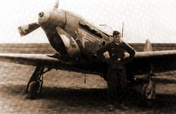 Захваченные Як-1Б из 3-го истребительного корпуса ВВС КА обычно связывают с широко известными «оборотнями». На фоне одного из совершивших вынужденную посадку «Яков» позирует фельдфебель Хайнц Заксенберг, непосредственно связанный с героями повествования - Сава и Мартын | Военно-исторический портал Warspot.ru
