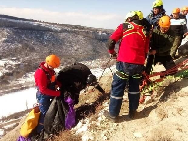 Парашютист зацепился за скалу в Крыму и провисел полтора часа