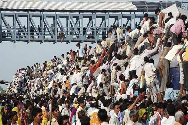 Нет, это не зомби-апокалипсис! Это люди в Индии едут на работу на электричке автобус, люди, метро, общественный транспорт, работа, электричка