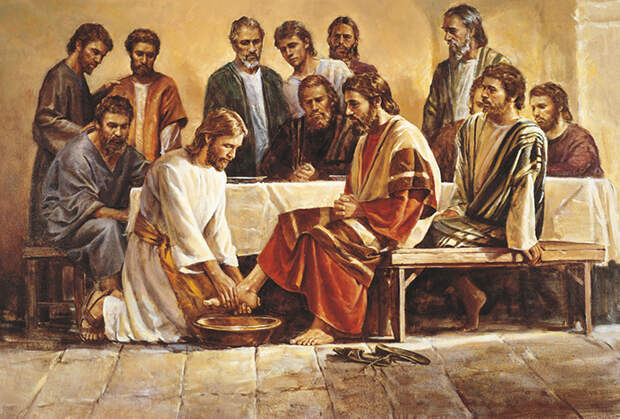Иисус Христос умывает ноги своим ученикам.