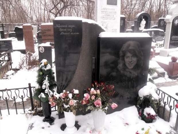 Могила Жени Белоусова на Кунцевском кладбище в Москве. wikimedia