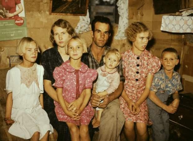 Вся семья в одежде из мешков.