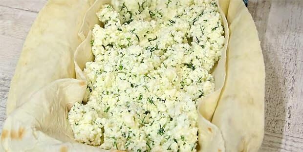 Магазинный лаваш стал сочным пирогом. Смешиваем творог, сыр и зелень в виде начинки