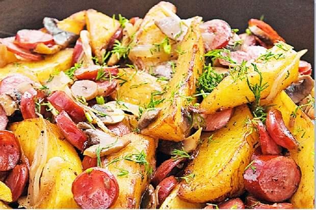 Вкусный ужин: картошка, сосиски и чесночный маринад