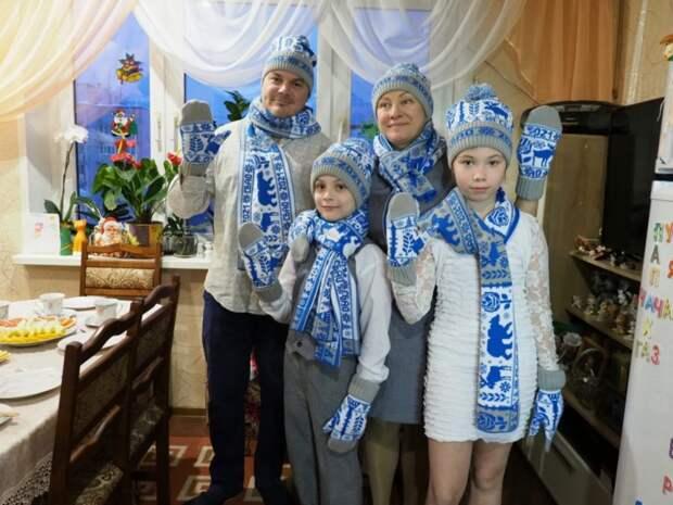 Все члены семьи надели шарфы, шапки и варежки с символикой округа и присоединились к флешмобу #теплоСВАО/Ольга Чумаченко, газета «Звездный бульвар»