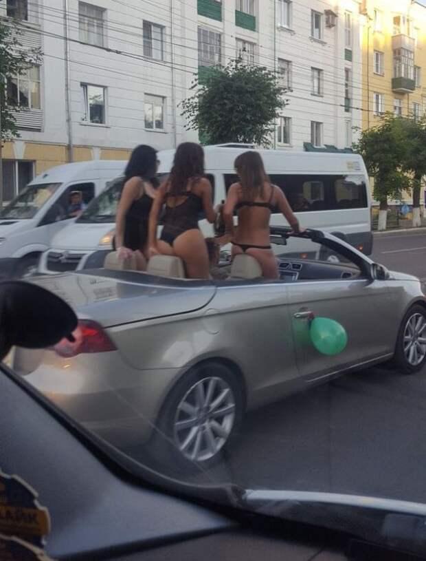 Кабриолет с полураздетыми девушками прокатился по Пензе (3 фото)