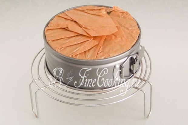 Ставим форму с бисквитным тестом в заранее прогретую духовку на средний уровень и готовим при 160 градусах около 50 минут до сухой лучины