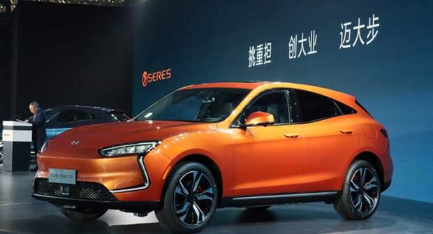 Huawei начала продавать электромобили SERES SF5 в своих магазинах в Китае
