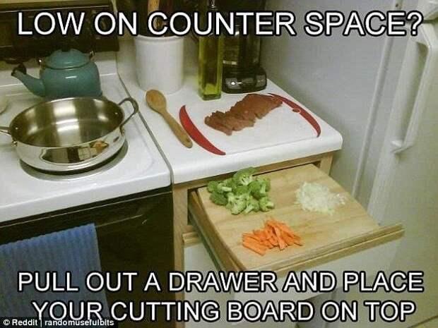 Не хватает места? Попробуйте оборудовать верхний выдвижной ящик кухонного шкафа подходящей по размеру разделочной доской. Может получиться очень удобно. готовка, готовка еды, лайфхаки, на кухне, полезные советы, советы, советы бывалых