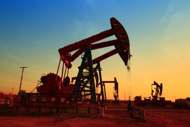 Из-за урагана и пандемии снижается цена на нефть