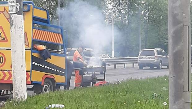 В Подольске рабочие дорожной службы жарили шашлыки на дороге