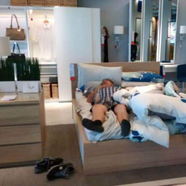 мужчинs пошли на шопинг со своими женщинами