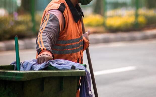 Переполненную контейнерную площадку на Синявинской расчистили коммунальщики