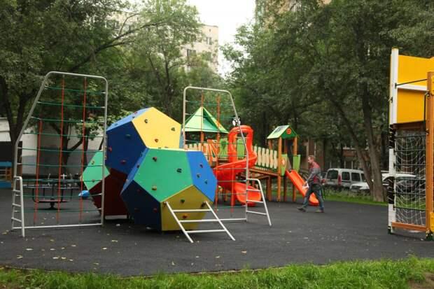На улице Исаковского детский игровой комплекс заменят — управа