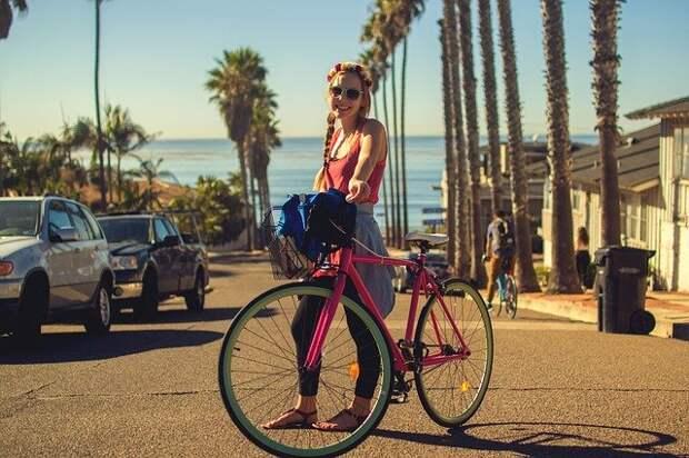 девушка с розовым велосипедом на улице