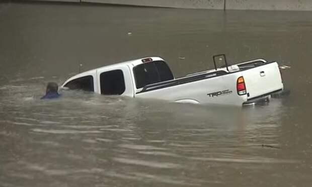 Ураган «Харви» уничтожил уже полмиллиона машин