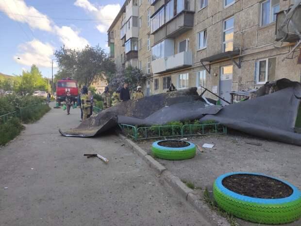 Унесенные ветром: в Кузбассе и на Алтае шторм сорвал больше сотни кровель, повалил деревья и опоры электросетей