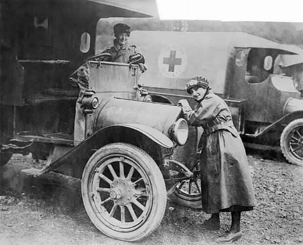 Британские водители скорой помощи. Франция, 1916 г. 20 век, автомеханик, женщина 20 век, женщина и авто, женщина и машина, механики, ретро фото, старые фото