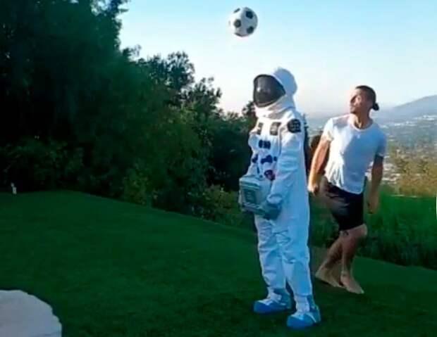 «Ядоставлю мой мяч наЛуну». Ибрагимович выполнил трюк сучастием астронавта