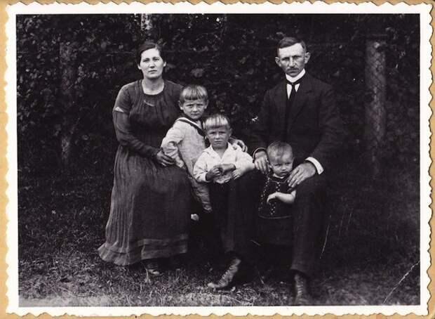 3 причины, почему люди не улыбаются на старых фотографиях