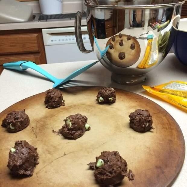 Хозяйка только начала готовить шоколадные печеннья, а в отражении они уже превратились в большой шоколадный пирог! интересно, не еда, несъедобное, поразительно, странные сближенья, съедобное, удивительно, удивительное рядом