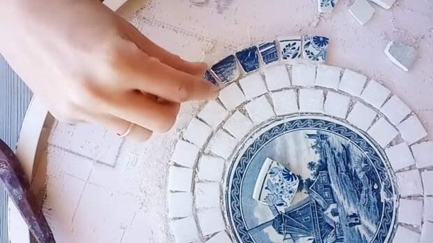 Старый обшарпанный стол получил вторую жизнь благодаря разбитым тарелкам