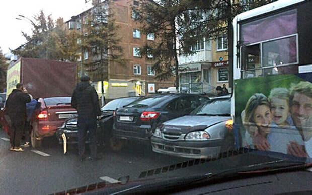 Кондуктор не нажал на тормоза: троллейбус повредил семь автомобилей