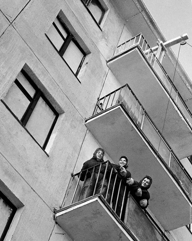 Зима 1963 года. На балконе квартиры в новом доме. Фотохроника ТАСС