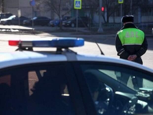Подросток в форме гаишника вымогал у водителя в Москве пять банок пива и бутылку коньяка