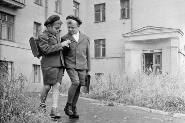 Школьники. Стопроцентная грамотность населения -- одна из главных целей Советской власти.