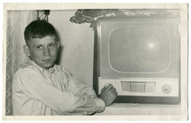 8 фото советских людей, которые купили свой первый телевизор