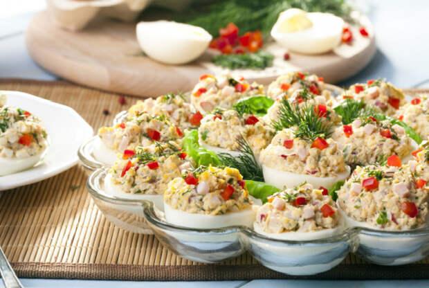 Порционный салат оливе в яйце.