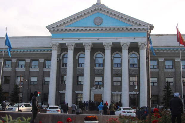 """""""Бишкек разгромлен и разграблен"""": киргизская революция изнутри"""