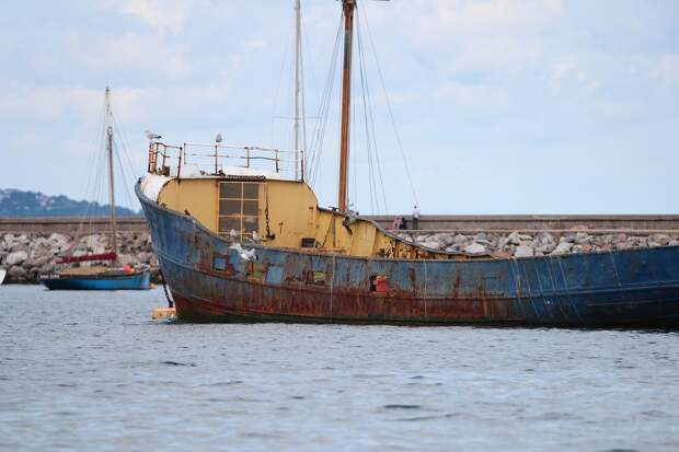 В Находке тайфун вынес на берег «корабль-призрак»