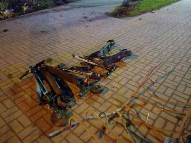 Иномарка в Севастополе снесла стоянку самокатов и влетела в ресторан