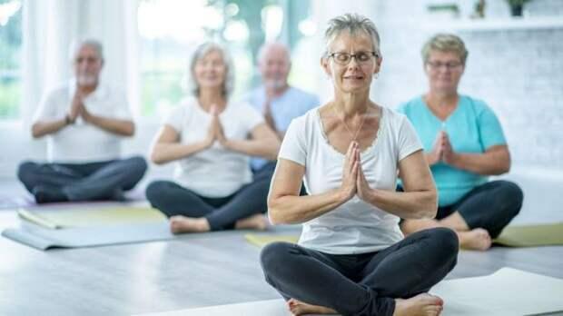 Пожилые люди медитируют