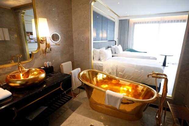 Как выглядит первый в мире отель из золота