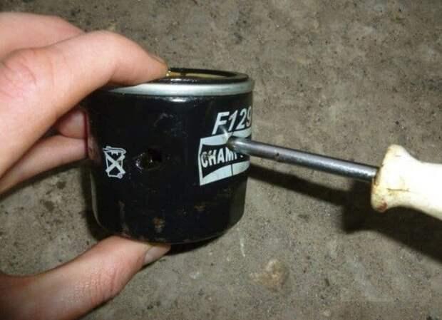 Масляный фильтр не откручивается руками, показываю способы как снять его быстро, без спец инструмента