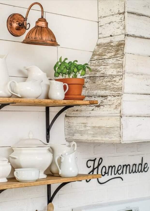 Новая мебель уже не в моде: хороший пример использования старых досок в интерьере американского дома с плетеным декором