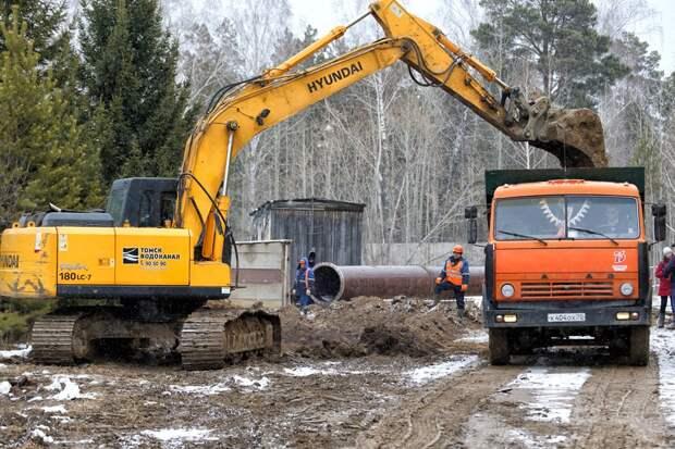 Работы начались: «Томскводоканал» раскапывает водовод, питающий город. Фото