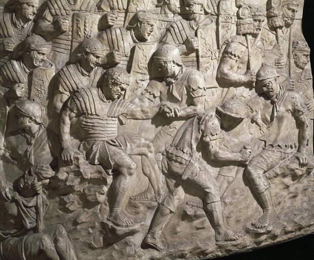 Санитары выносят раненых с поля боя и делают первую перевязку. Колонна Траяна в Риме - Исцеляющие руки | Warspot.ru
