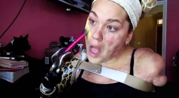 Бесконечная воля к жизни: блогерша без рук и ног создает потрясающий макияж